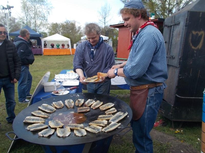 Beliebter Fischsuppen-Kochwettbewerb auf dem Mönchguter Heringsfest 2017