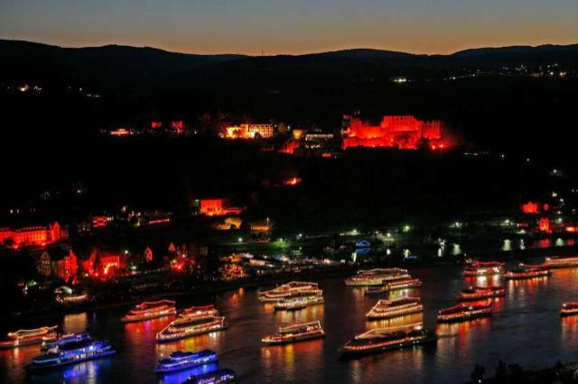Burgenromantik und Feuerwerksspektakel über dem Rhein